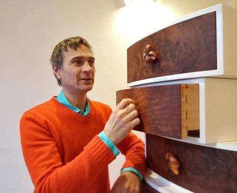 Michael Hess mit Schubladenturm (Detail)